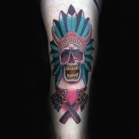 Oldschool Stil farbiges Bein Tattoo des indianischen H'uptlings Schädel und gekreuzten Achsen