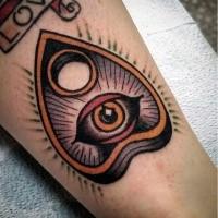 Oldschool Stil farbiges Bein Tattoo von mystischem Symbol mit Auge