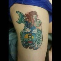 Oldschool Stil farbiges Oberschenkel Tattoo mit Meerjungfrau und Leuchtturm