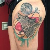 Tatuaggio della coscia colorato di lupo con frecce e luna di Dino Nemec in stile old school