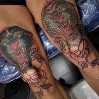Oldschool Stil gefärbtes Oberschenkel Tattoo von Tiger und schwarzem Panther