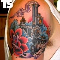 Old school estilo trem colorido com flores tatuagem no ombro estilizado com letras