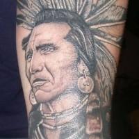 Oldschool Stil sehr gefärbtes detailliertes Unterarm Tattoo mit altem Indianerhäuptling