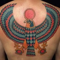 Tatuaje  multicolor  de águila egipcia con anjes