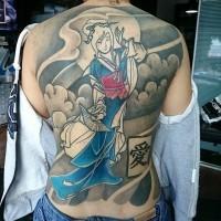 Tatuaje en la espalda, geisha grácil en kimono azul que baila