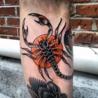 Tatuaje en la pierna, escorpión con sol de estilo old school