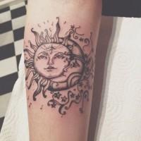 vecchia scuola sole e luna avambraccio tatuaggio