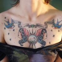 vecchia scuola tatuaggio sul petto per ragazze