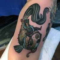 vecchio stile uomo divertente cavalcato su pesce tatuaggio su gamba