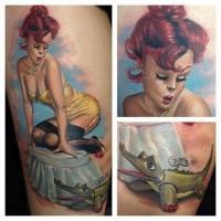 vecchio stile dipinto sexy donna di epoca con aligatore giocattolo  tatuaggio su coscia