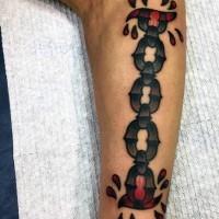 vecchio stile catena in acciaio da sotto pelle con goce di sangue tatuaggio su braccio