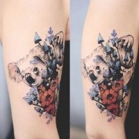 Originales farbiges Oberarmtattoo des Koalabären mit Blumen
