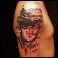 Originales kombiniertes buntes Porträt des Mannes Tattoo an der Schulter mit Musiknoten