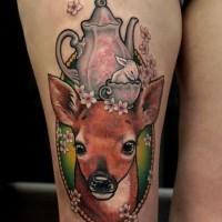 combinato originale multicolore naturale cervo con piccolo coniglio in tazza e uccello tatuaggio su coscia