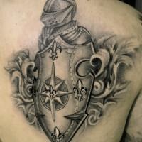 originale 3d dettagliato bianco e nero cavaliere medievale con scudo tatuaggio su scapola