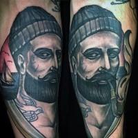originale dipinto colorato marinaio fumando con barca bel ritratto tatuagio su braccio