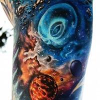 originale dipinto multicolore spazio con aliene tatuaggio su braccio