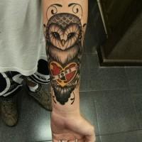 gufo e cuore con blocco avambraccio tatuaggio