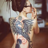 Tatuaggio carino sulla schiena l'uccello stilizzato