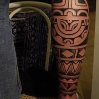 Tatuaggio bellissimo sul braccio in stile tribale