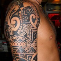 Tatuaggio  sul deltoide in stile polinesiano