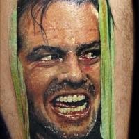 Portrait Stil farbiges Bein Tattoo mit gruseliger Filmszene