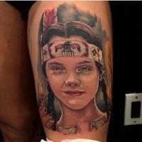 Portrait Stil farbiges Oberschenkel Tattoo mit Gesicht des indianischen Mädchens