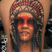 Porträtstil farbiger Oberschenkel Tattoo der Indianischen Frau mit Federhelm