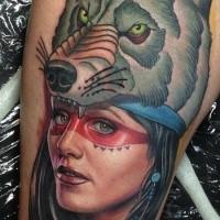 Portrait Stil sehr schönes Oberschenkel Tattoo von der indianischen Frau mit Helm