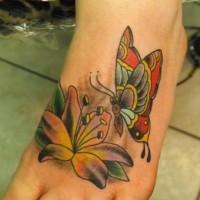 bellissimo tatuaggio colorato farfalla su fiore su piede