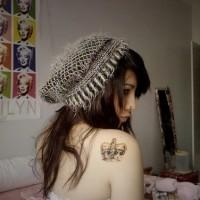 bella ragazza con corona sulla spalla