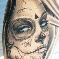 bellissima inchiostro grigia ragazza giorno dei morti con occhi azzuri tatuaggio su spalla