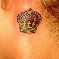 Hübsche kleine Krone Tattoo hinter Ohr