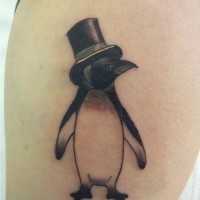 divertente piccolo pinguino in cappello tatuaggio su coscia