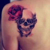 bella rosa rossa con cranio tatuaggio sulla scapola