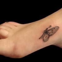 bella piccola farfalla tatuaggio su piede