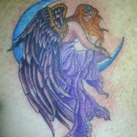 Tatuaggio colorato sulla spalla l'angelo femminile sulla luna