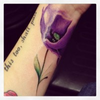 Lila Mohnblume Tattoo am Handgelenk
