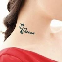 parola queen  e piccola corona su collo tatuaggio