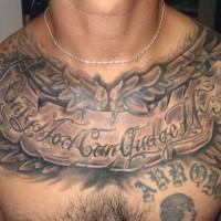 Tatuaje en el pecho,  letrero con frase entre hojas