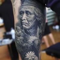 Schwarzes und weißes Tattoo mit altem Indianer am Arm mit detaillierten Adler und Blume