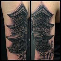 Schwarzes und weißes Schulter Tattoo mit dem antiken asiatischen Tempel und Bambus
