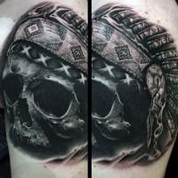 Schwarzer indianischer Schädel Tattoo mit sehr detailliertem Helm
