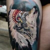Tatuaje en el muslo,  lobo lindo en sombrero de plumas aullando