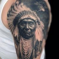 Sehr detaillierter farbiger alter indianer Tattoo an der Schulter mit Mond