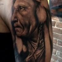 Realismus Stil schwarzweißes  Schulter Tattoo mit altem Inianer
