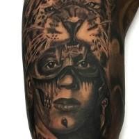 Realismus Stil farbiges Arm Tattoo von Tribal Mann mit Leopardenfell