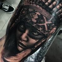 Realismus Stil farbiges Bizeps Tattoo der indianischen Frau mit Helm