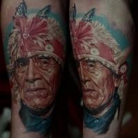 Realismus Stil farbiges Unterarm Tattoo mit Indianers Gesicht