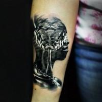 Realismusstil farbiger Unterarm Tattoo des menschlichen Gesichtes stilisiert mit der Schlange